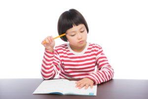 社会福祉士の勉強をする女の子