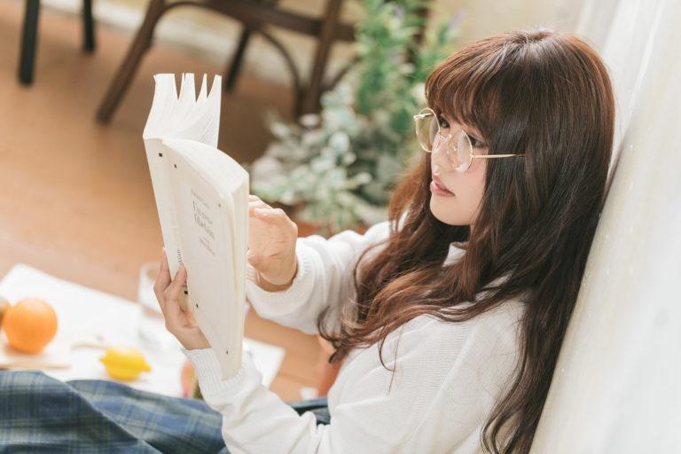 介護福祉士の勉強をする女性
