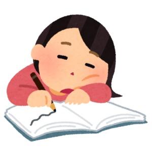 介護福祉士の勉強中に寝てしまった女性